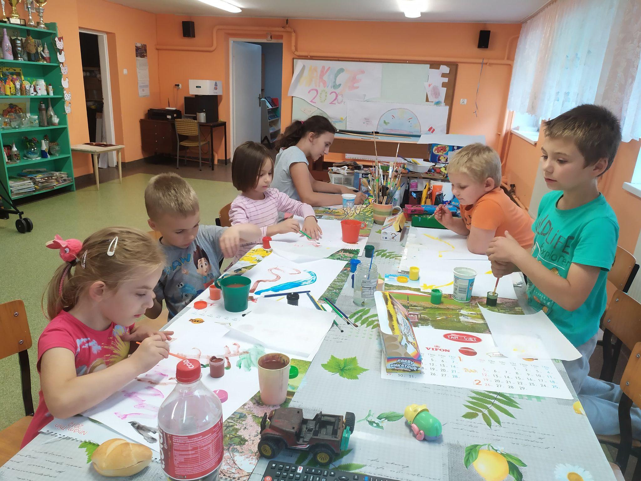 Dzieci ze świetlicy w Lalkowych podczas zajęć plastycznych