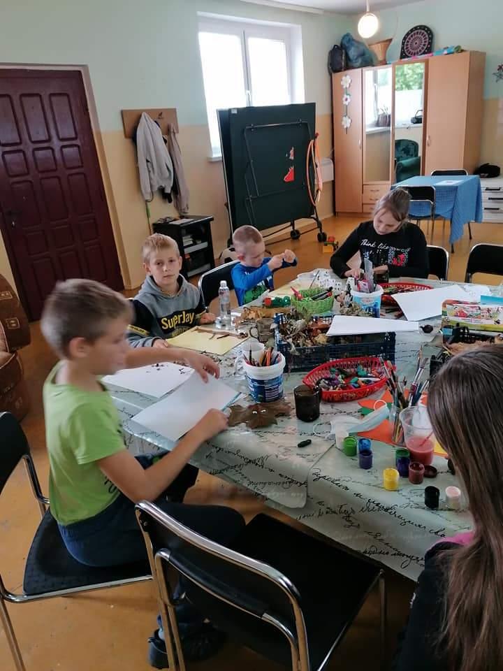 Dzieci tworzą ozdoby jesienne na świetlicy w Rynkówce