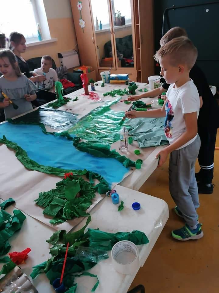 Dzieci tworza krainę dinozaurów