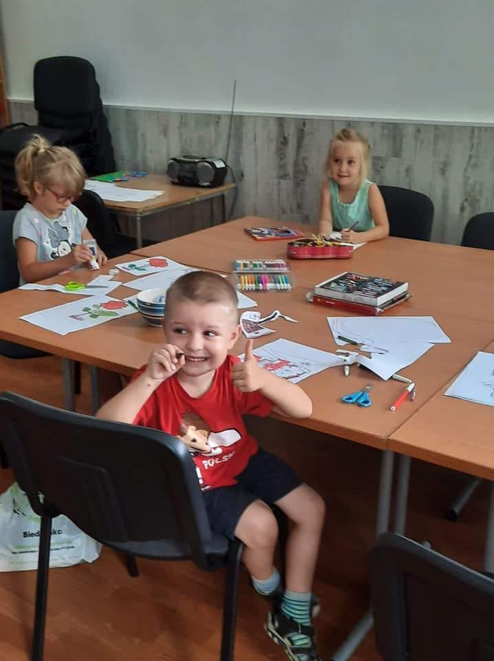 Dzieci kolorują na świetlicy w Smętówku