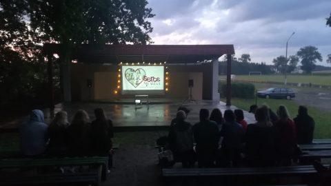 Projekcja filmu na amfiteatrze