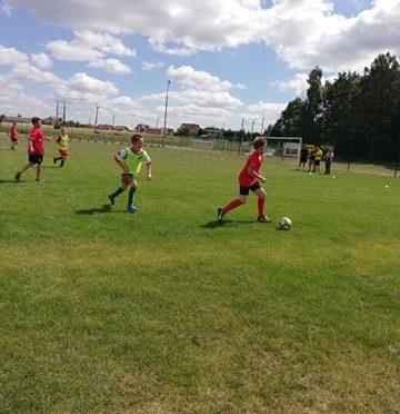 Młodzi piłkarze rozgrywający mecze na boisku